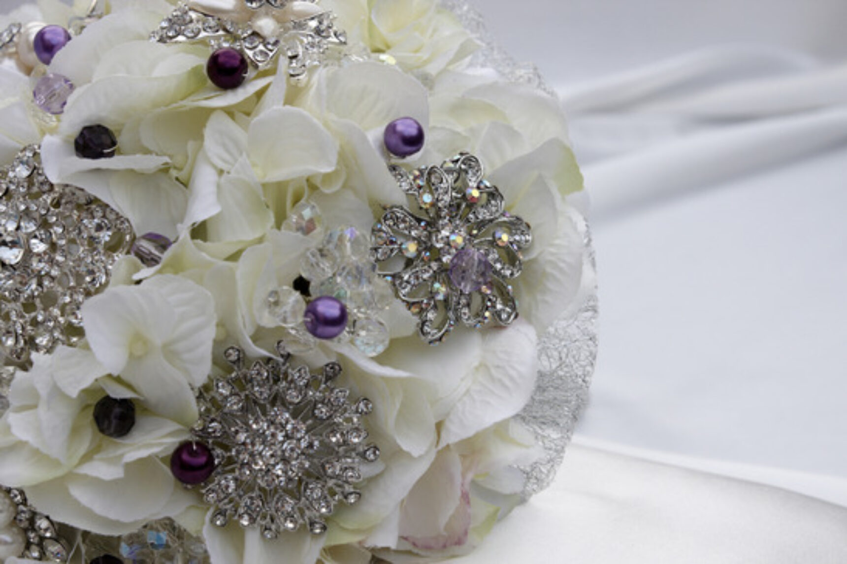 Bukiet ślubny z broszek – nowy trend w stylizacji