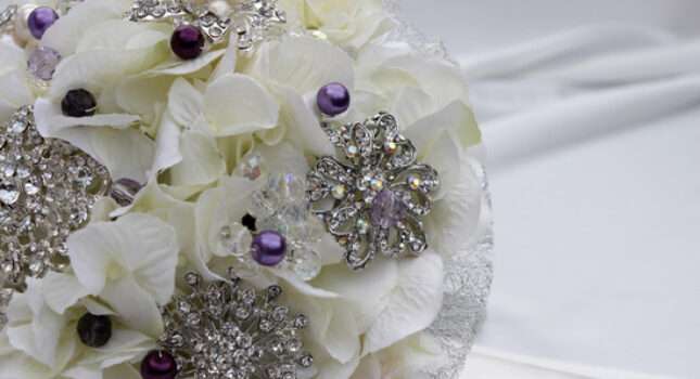 Bukiet ślubny z broszek - nowy trend w stylizacji