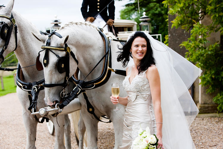 Model w odpowiednim stylu – jaki pojazd do ślubu wybrać?