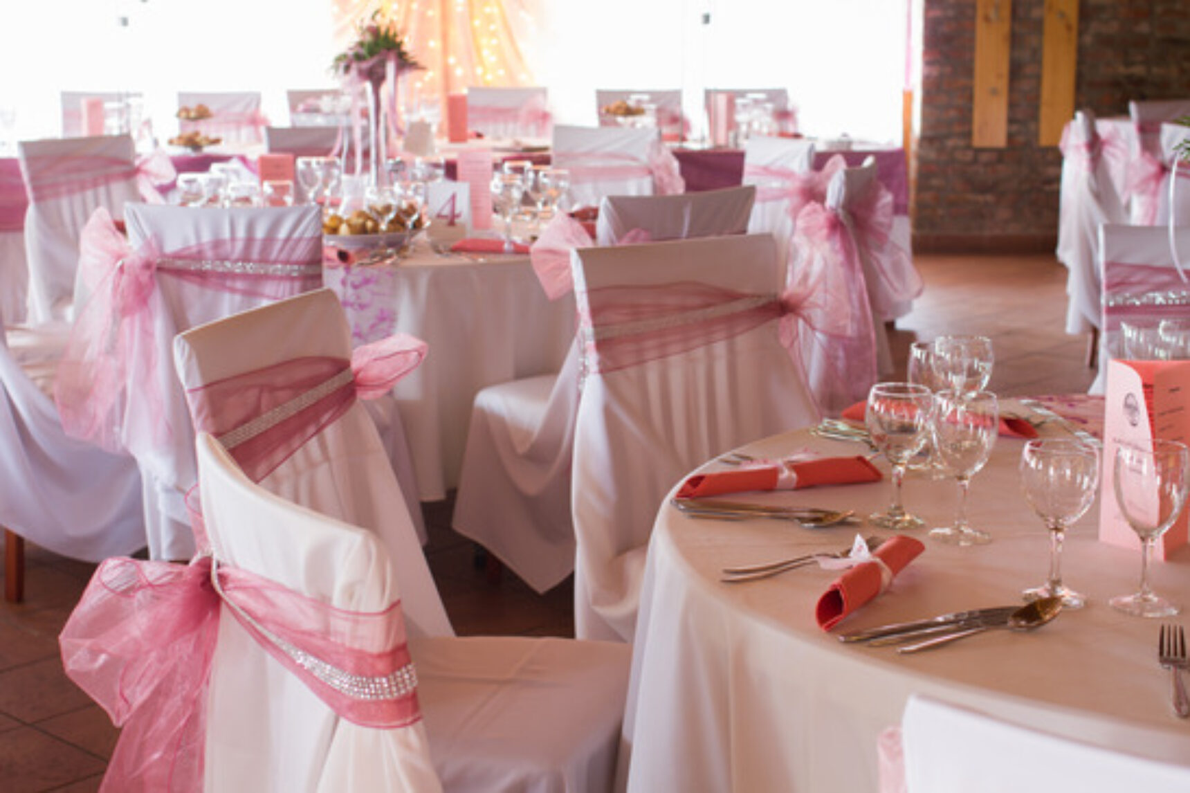 Oszpeci czy ozdobi? – dekoracja sali weselnej