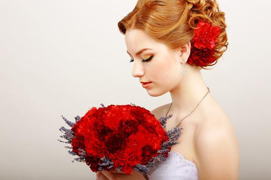 Biżuteria ślubna z żywych kwiatów – dodatek czy główna ozdoba?