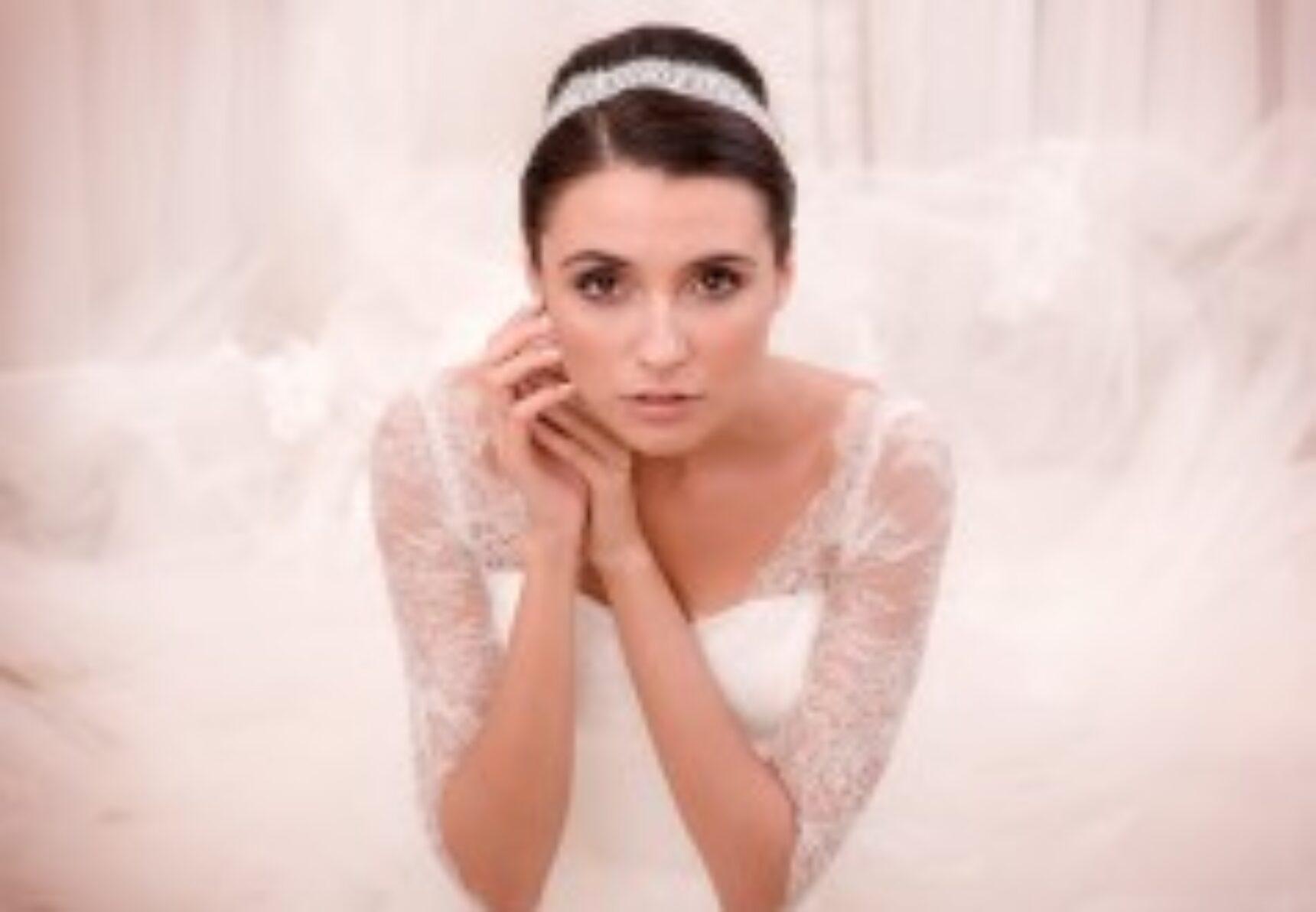 Ozdoba ślubna zamiast welonu – woalka, opaska, toczek czy wianek?