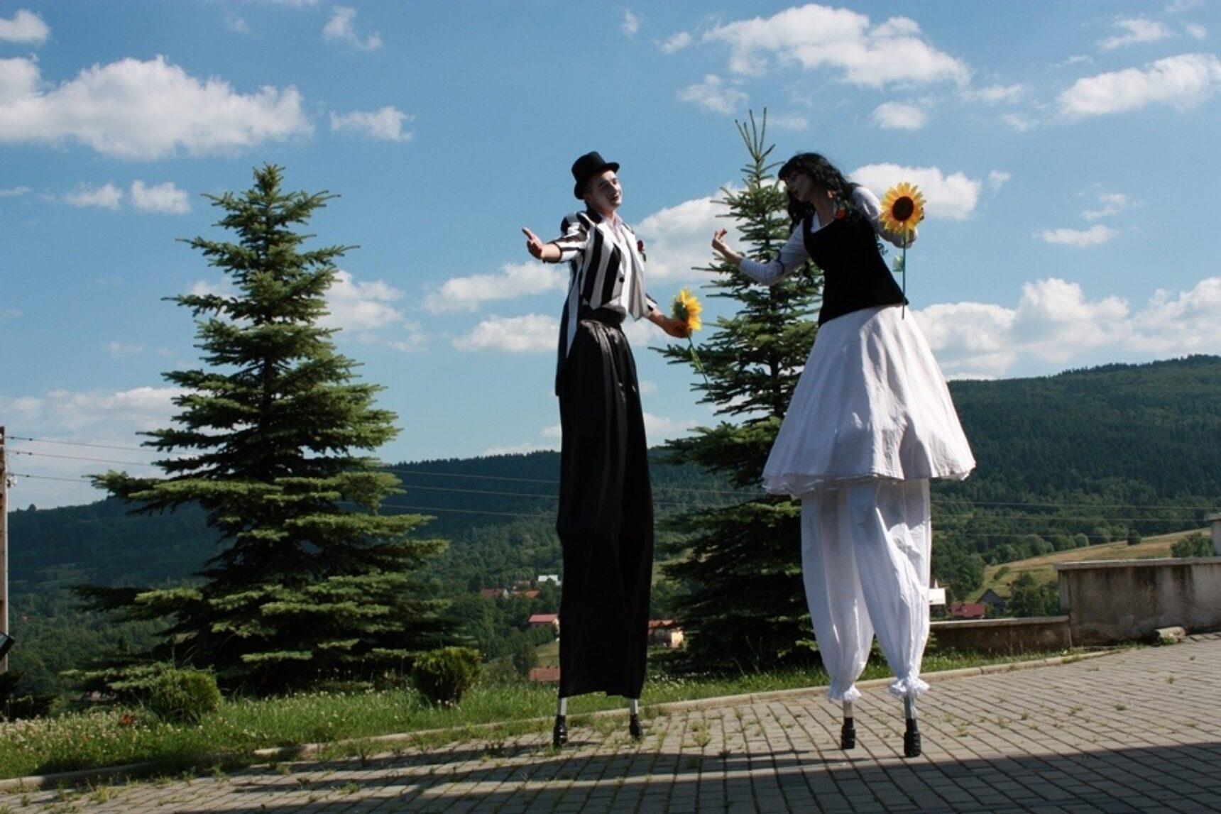 Szczudlarz na weselu – jak zaplanować atrakcję?