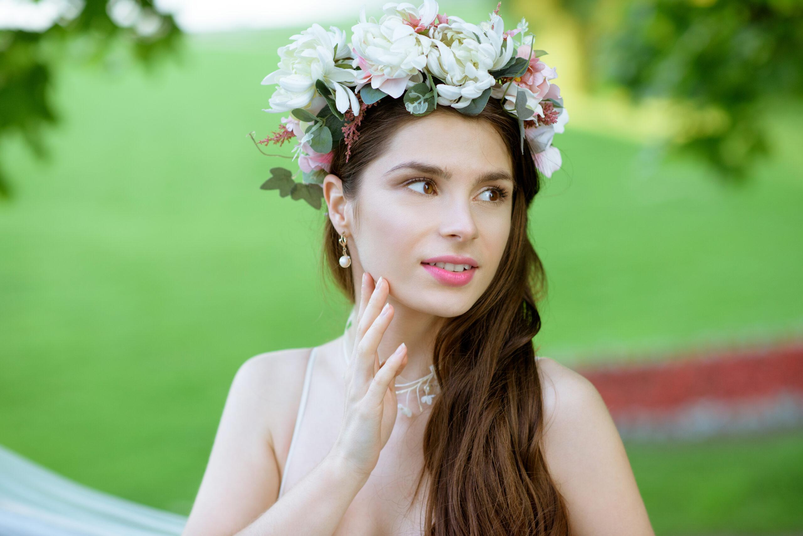 panna młoda z wiankiem z kwiatów