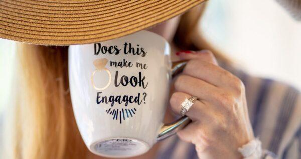Planujesz zaręczyny? Zobacz, na którym palcu i na której ręce nosi się pierścionek zaręczynowy 💍
