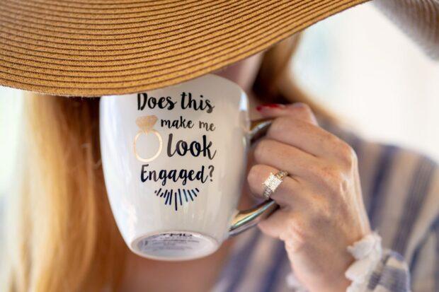 Planujesz zaręczyny? Zobacz, na którym palcu nosi się pierścionek zaręczynowy