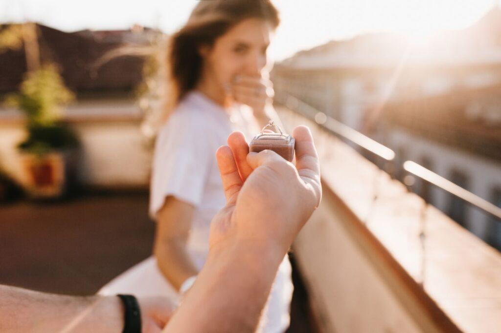 Na którym palcu nosi się pierścionek zaręczynowy w Polsce