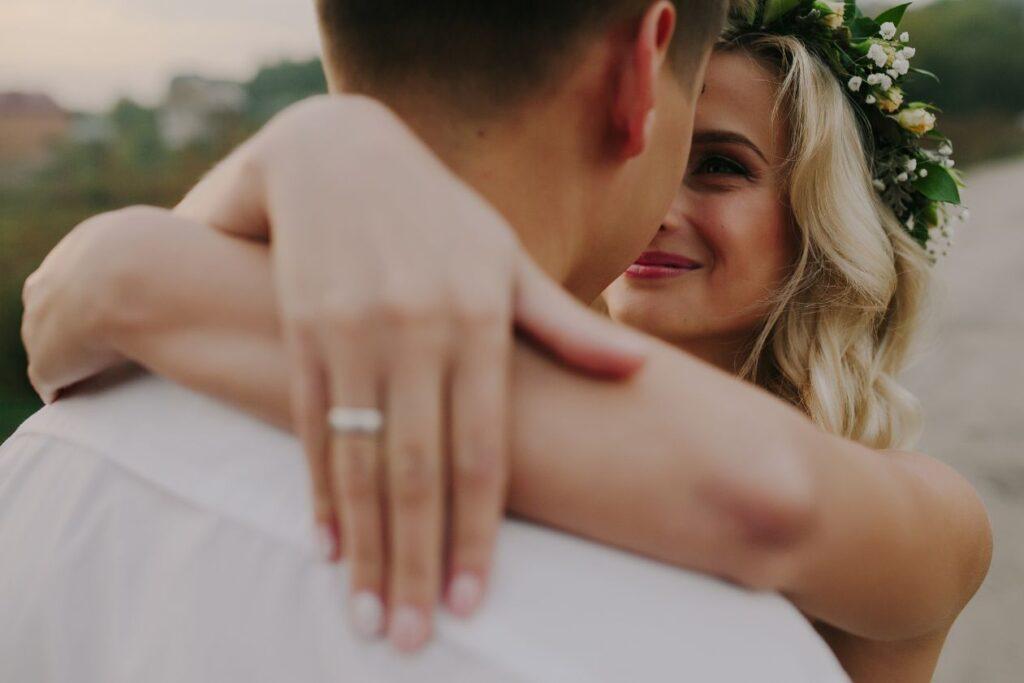 Para młoda podczas ślubu cywilnego w plenerze