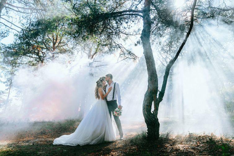Para Młoda biorąca ślub cywilny w plenerze