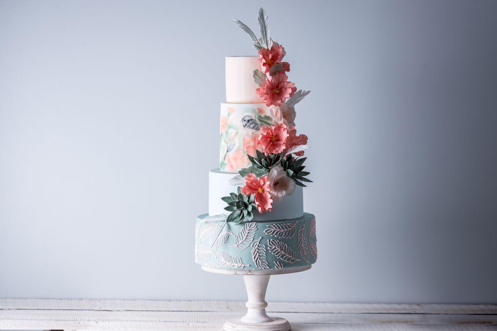Piętrowy tort weselny w pastelowej kolorystyce