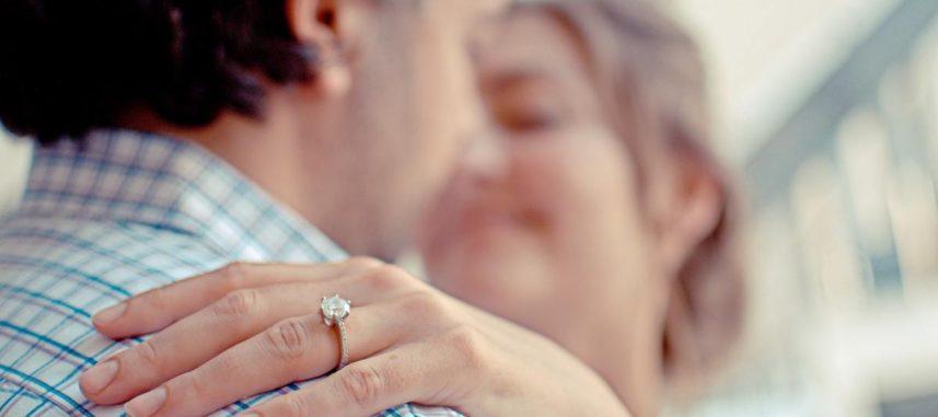 Jaki pierścionek zaręczynowy wybrać? Spraw, aby ukochana była zachwycona!