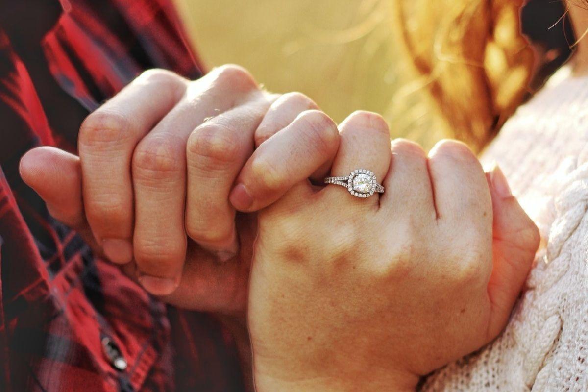 Szukasz niebanalnego pomysłu na zaręczyny? Te propozycje cię zachwycą!
