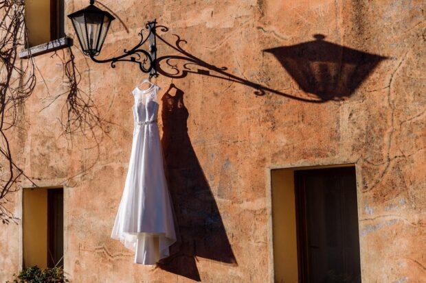 Szukasz wymarzonej sukienki na ślub cywilny? Te propozycje podbiją twoje serce!