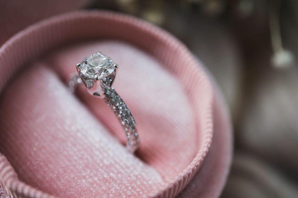 Na której ręce nosi się pierścionek zaręczynowy w Polsce