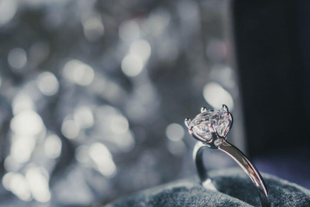 Pierścionek zaręczynowy z drogocennym kamieniem