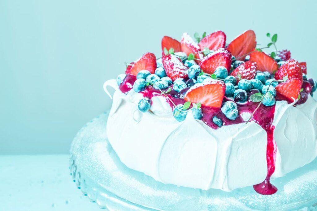 Bezowy tort weselny