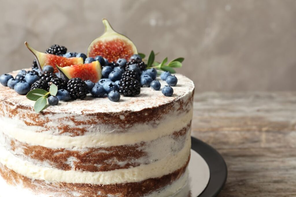 Tort ślubny w stylu naked z owocami