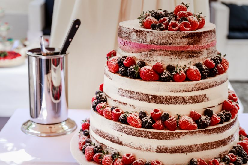Tort weselny w stylu naked z owocami