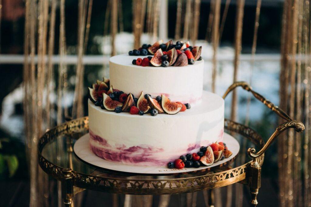 Tort weselny ozdobiony figami
