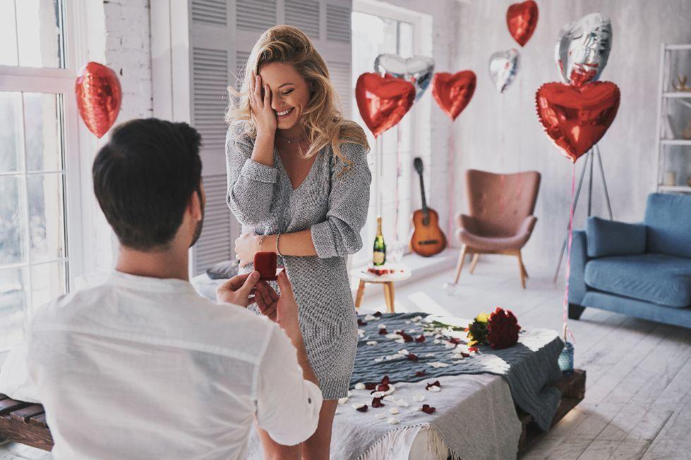 Pierścionek zaręczynowy wręczony podczas oświadczyn w Walentynki