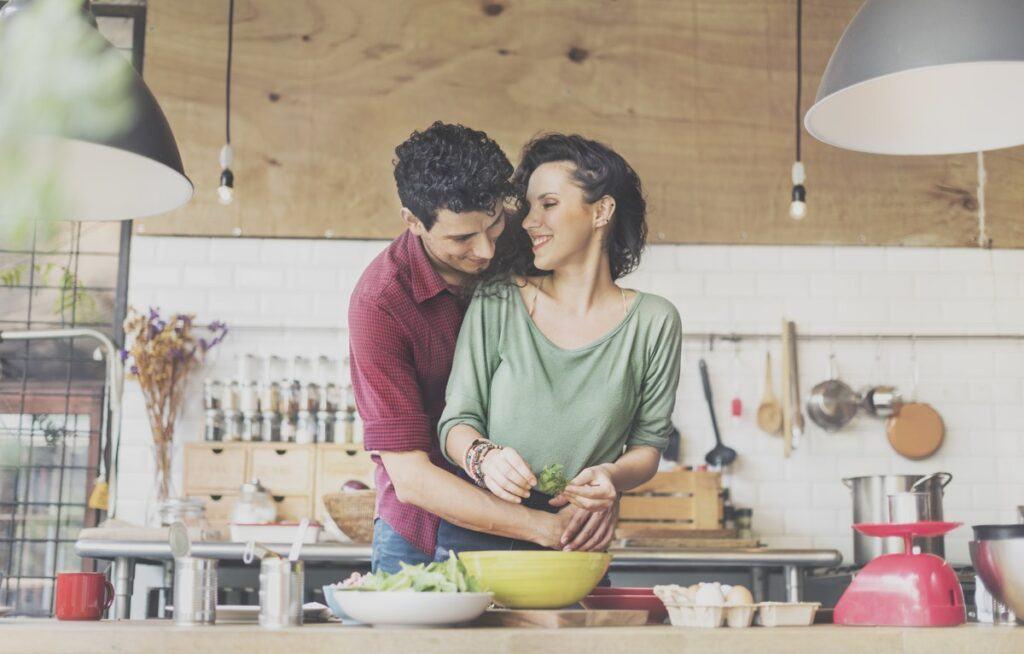 Gotowanie w małżeństwie – jak wspólnie cieszyć się obowiązkami?