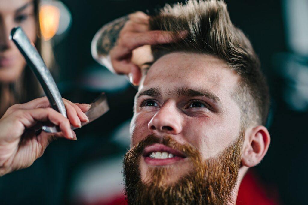 Modne fryzury męskie – zadbaj o swój męski wizerunek