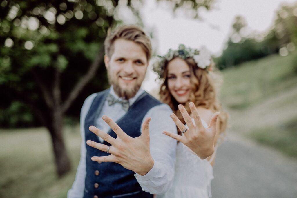 Grawer na obrączkach – jak stworzyć niepowtarzalny symbol miłości?
