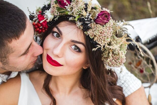 Wianek ślubny z żywych kwiatów zamiast biżuterii? Zobacz, jak go zrobić!