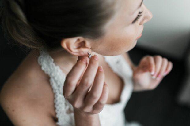 Jaką biżuterię ślubną wybrać na ten wyjątkowy dzień? Zobacz, na co zwrócić szczególną uwagę!