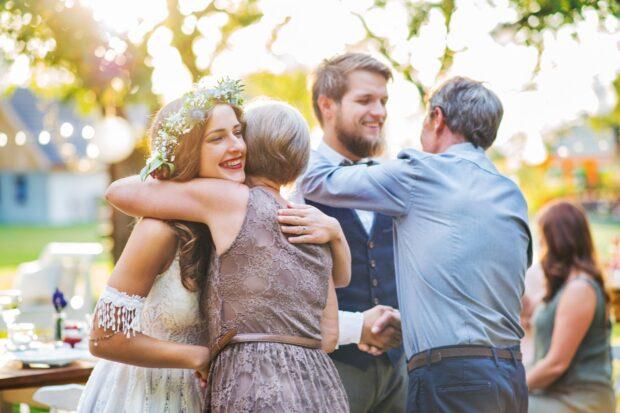 """Jaką kwotę """"wypada"""" dać na wesele? Co o tym sądzą przyszłe pary młode?"""