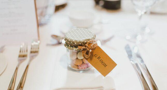 Niezapomniane prezenty dla gości weselnych! Te pomysły spodobają się każdemu!