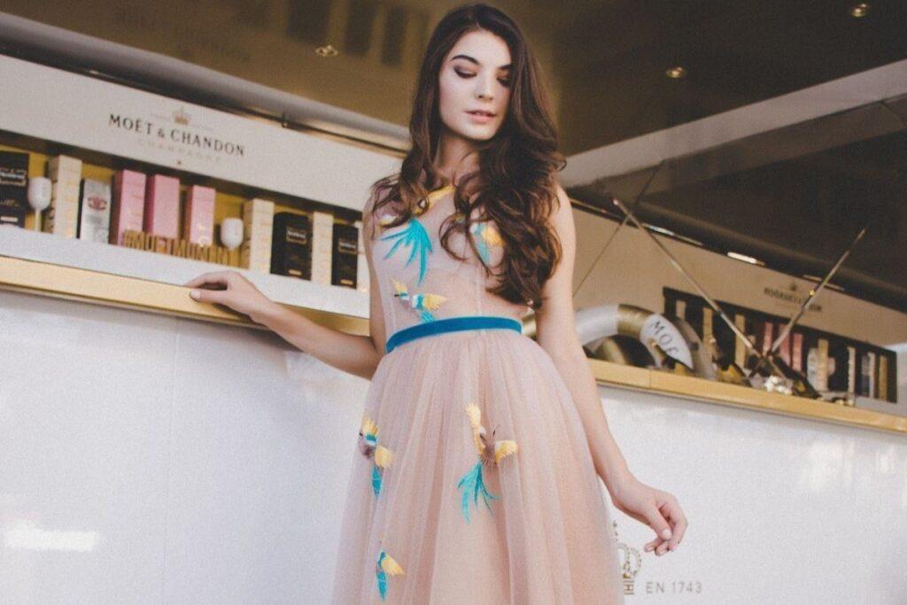 Sukienki na wesele – czyli wszystko, co musisz wiedzieć o weselnych stylizacjach