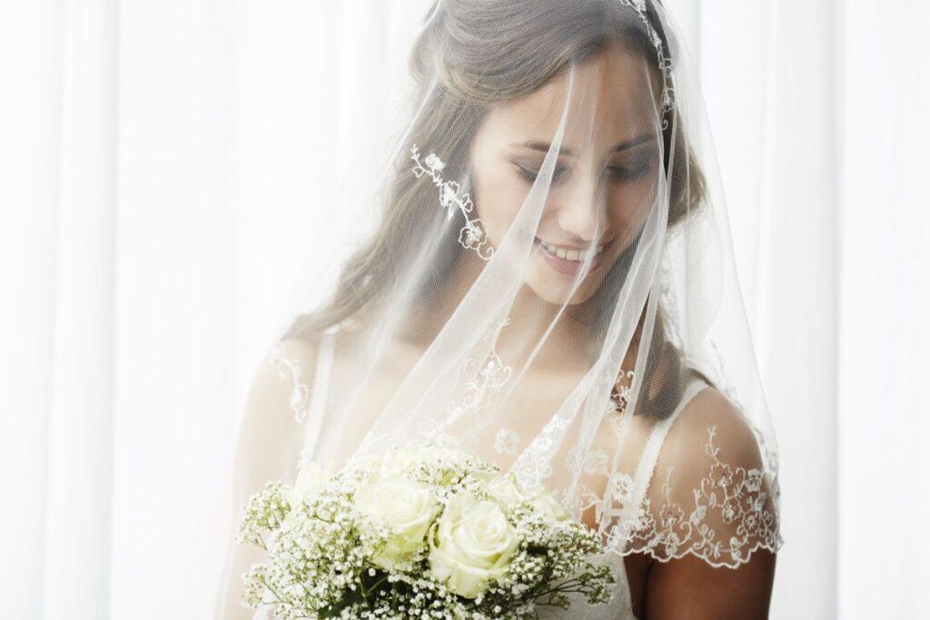 Półdługi welon ślubny z delikatnym wzorem