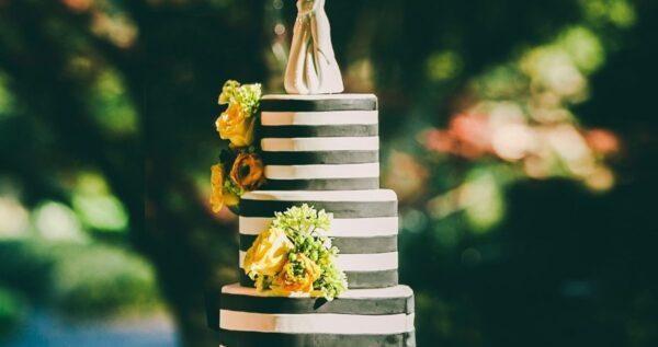 Najpopularniejsze ozdoby na tort weselny - które z nich wybrać?