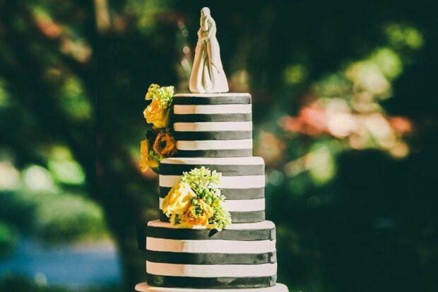 Najpopularniejsze ozdoby na tort weselny – które z nich wybrać?