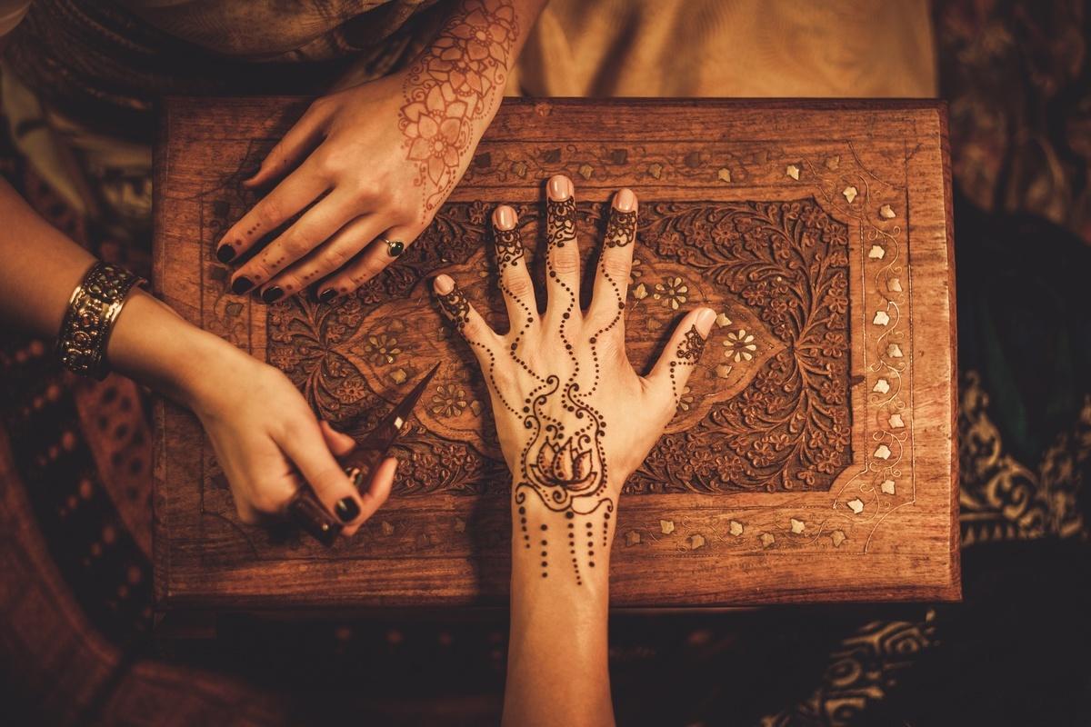 Malowanie wzorów henną