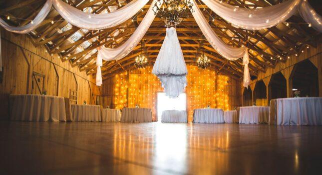Wesele w stodole – hit czy kit? Jak zorganizować uroczystość w tak nietypowym miejscu?