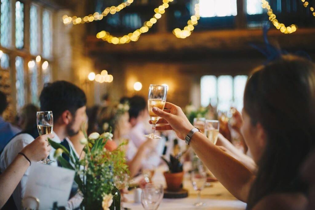 Goście wznoszą toast za parę młodą