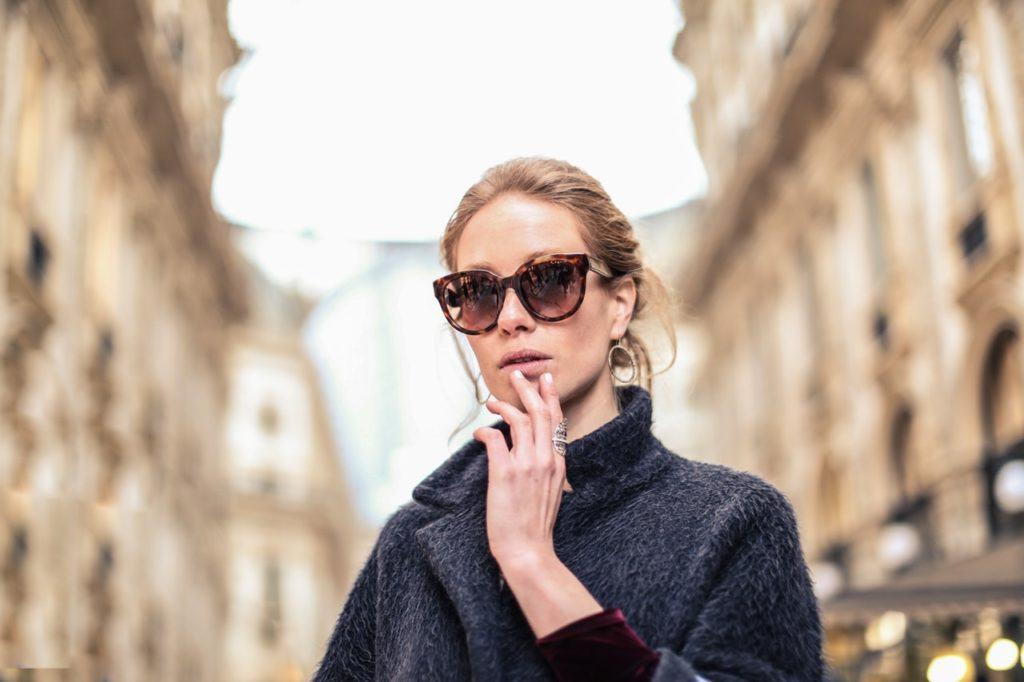 Kobieta w okularach przeciwslonecznych