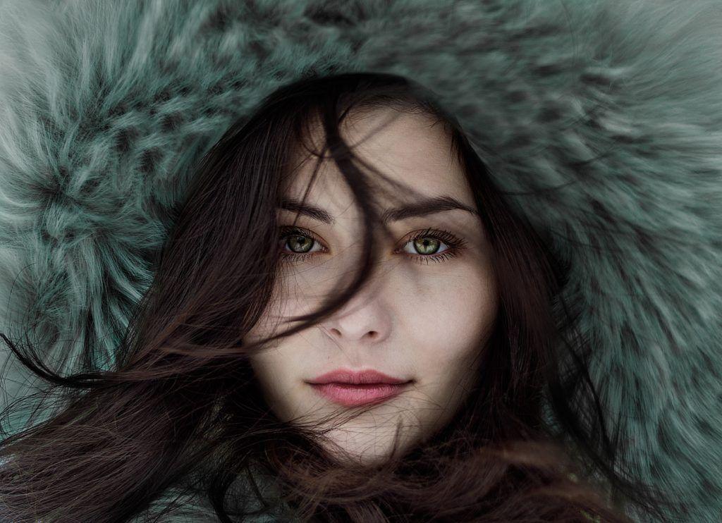 Kobieta z ciemnymi włosami - jak dobrać kolor włosów