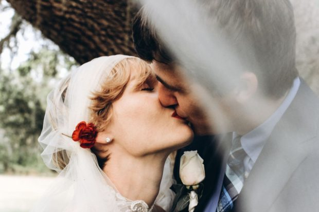Poznaj najlepsze sposoby na efektowne fryzury ślubne z welonem!