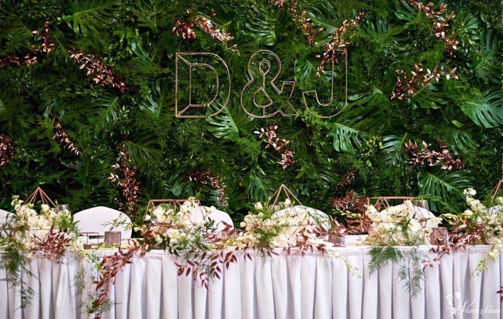 Dekoracja stołu weselnego z metalowymi elementami