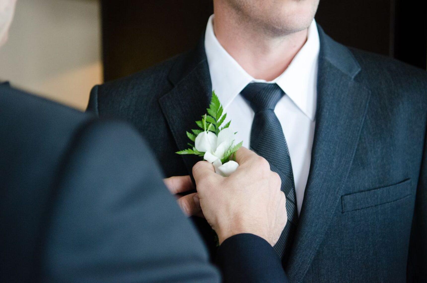 Czas wybrać garnitur ślubny! Czy panna młoda powinna towarzyszyć narzeczonemu?