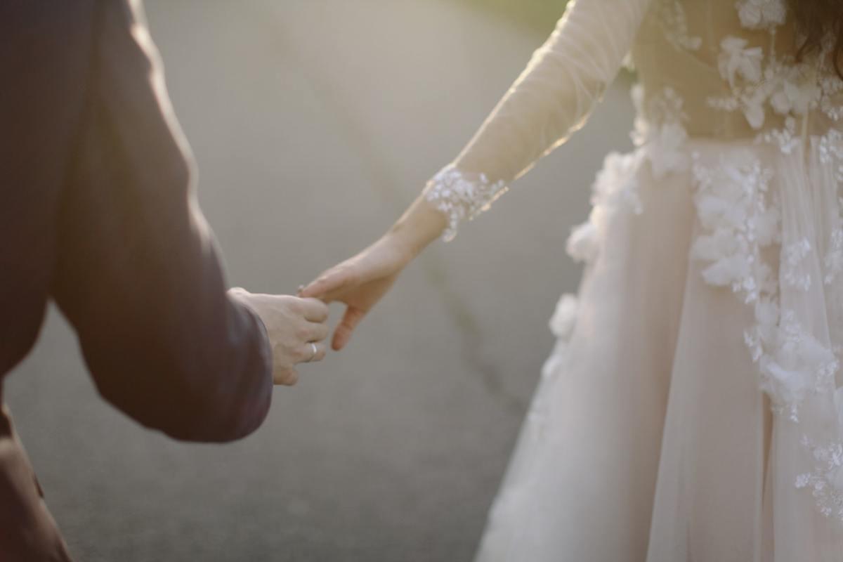 Ile kosztuje ślub cywilny - para młoda po ślubie