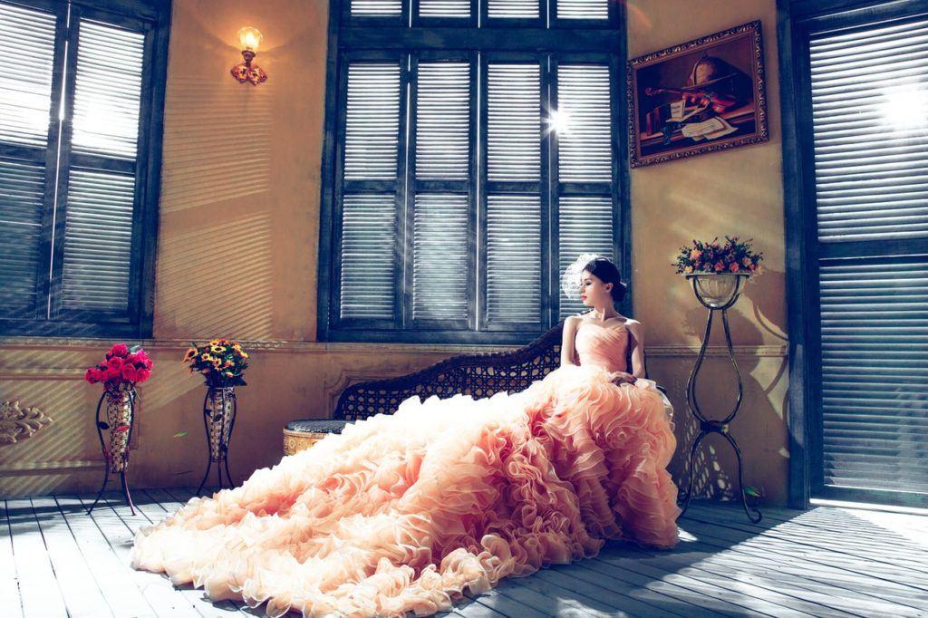 Panna młoda w kolorowej - brzoskwiniowej sukni ślubnej