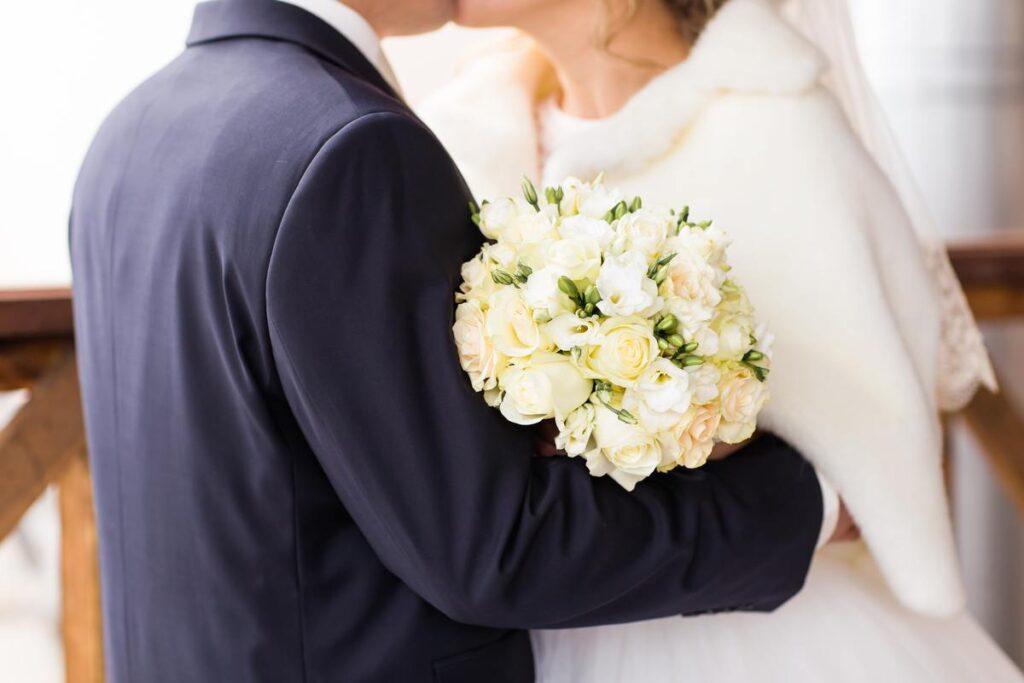 Biała etola ślubna