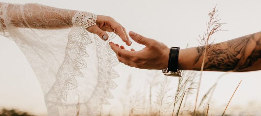 Suknia ślubna rustykalna – pomysł na piękną i powabną stylizację