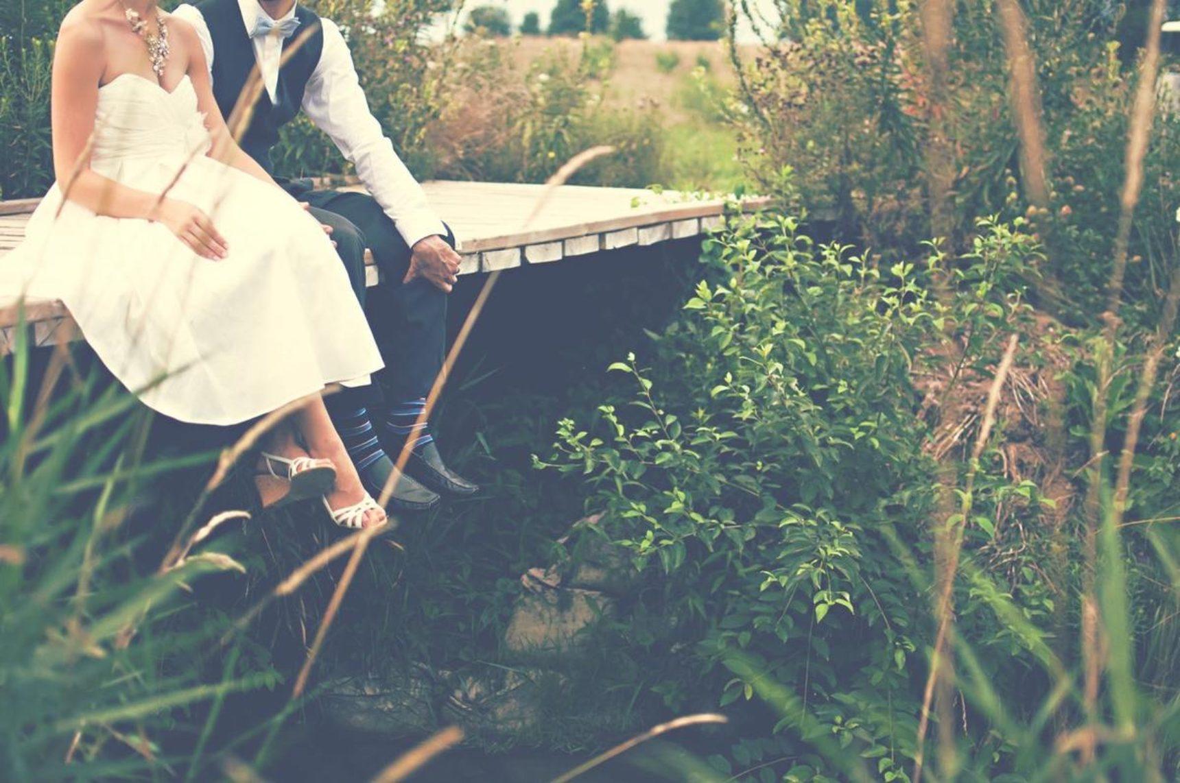 Krótka suknia ślubna – doskonała i efektowna alternatywa dla długiej kreacji