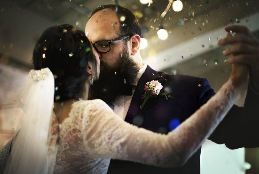 Para młoda tańczy do polskiej piosenki na pierwszy taniec