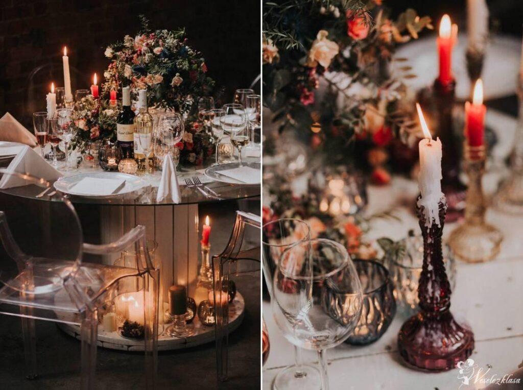 Ciemna dekoracja stołu weselnego